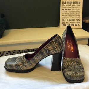 Snakeskin Italian chunky heel shoes; size 9 m